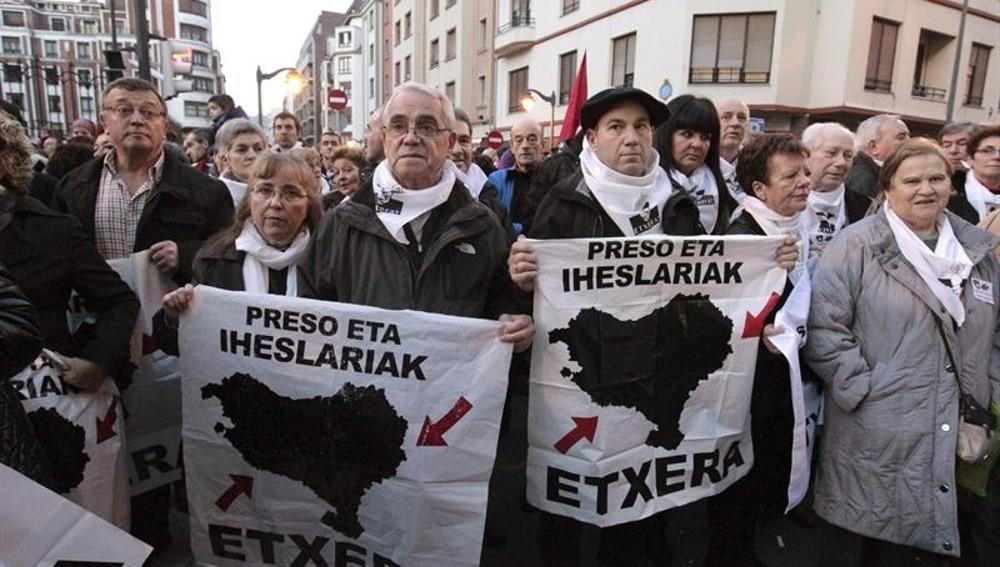 Miles de personas secundan manfiestación convocada por PNV y EH Bildu