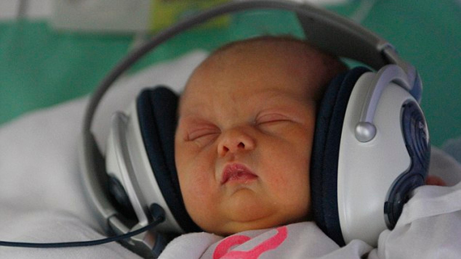 Bebé relajado escuchando música