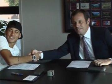 Neymar y Sandro Rosell, el día de la firma del contrato del brasileño