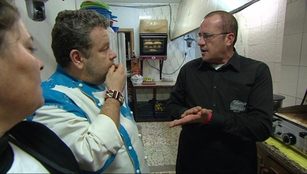 Alberto Chicote conversa con el propietario de un restaurante