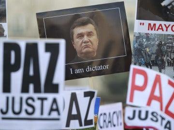 Yanukovich se va quedando sin apoyos mientras continúan las protestas