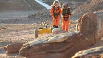 Miembros de Mars Crew 134, trabajando