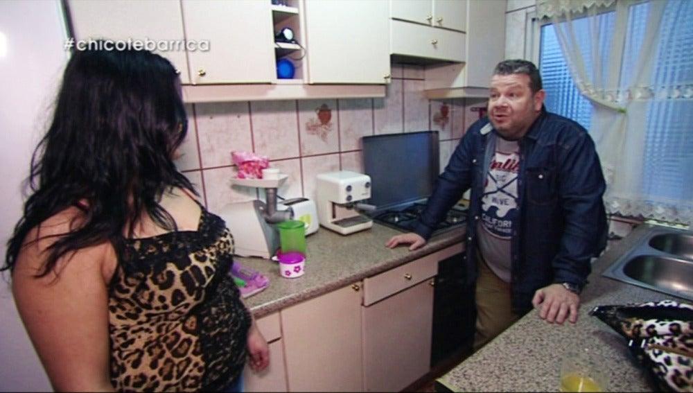 Alberto Chicote y Cristina en su cocina
