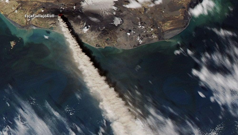 Erupción del volcán islandés Eyjafjallajökull que paralizó durante meses la navegación aérea.
