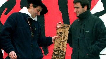 Egoitz Urrutikoetxea, a la derecha, junto a su padre, Josu Ternera