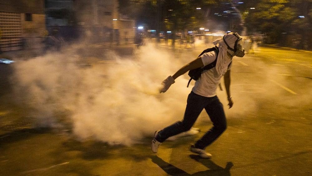 Opositores al Gobierno del presidente venezolano, Nicolás Maduro, continúan protestando en Caracas