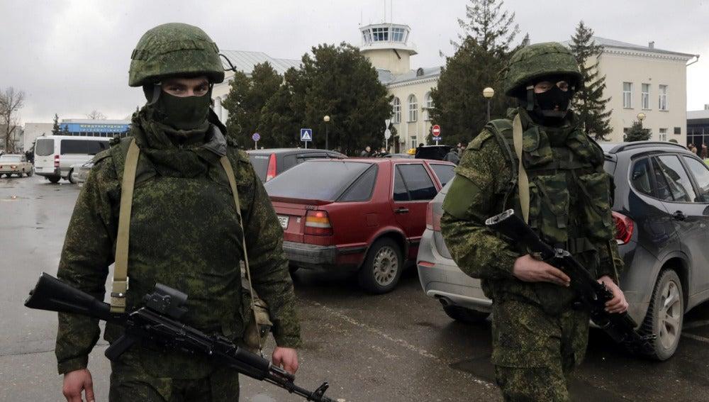Hombres sin identificar vestidos de militares en Crimea