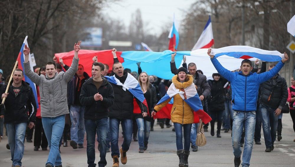 Simpatizantes prorrusos lucen los colores de la bandera de Crimea