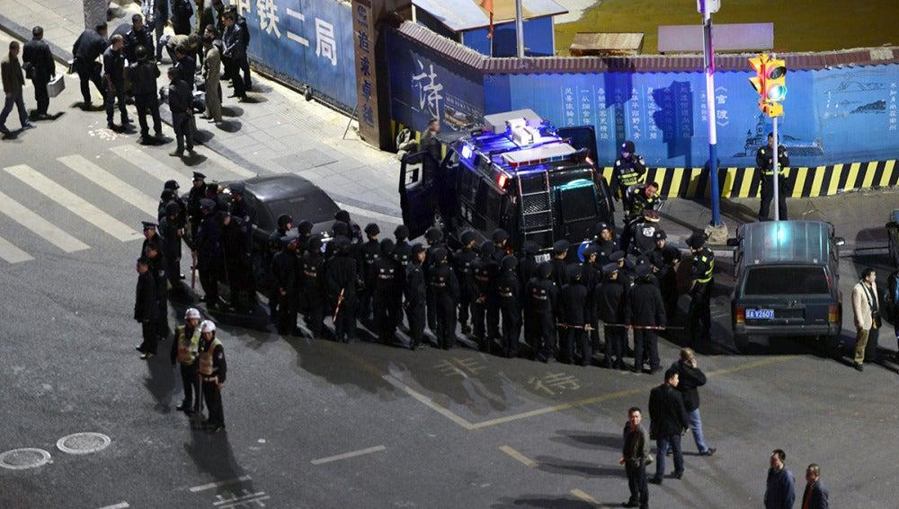 Policía en la estación de tren de Kunming tras el ataque
