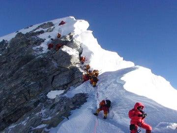 Un grupo de escaladores asciende a la cima del Everest.