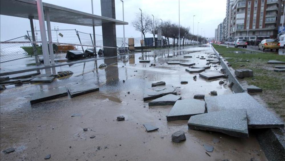 El temporal marítimo remite en el norte y deja al descubierto playas y viviendas completamente destrozadas