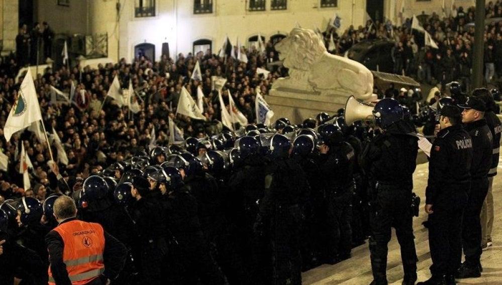 Oficiales de la policía frente al Parlamento de Portugal