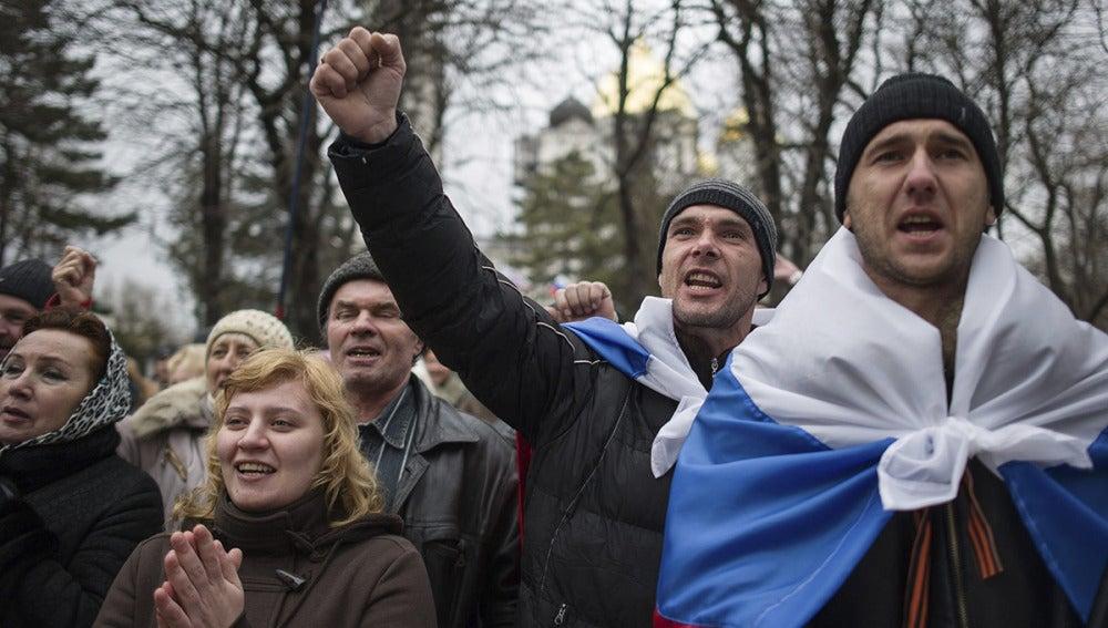 Los tártaros denuncian que son señalados con esvásticas y perseguidos  en Crimea