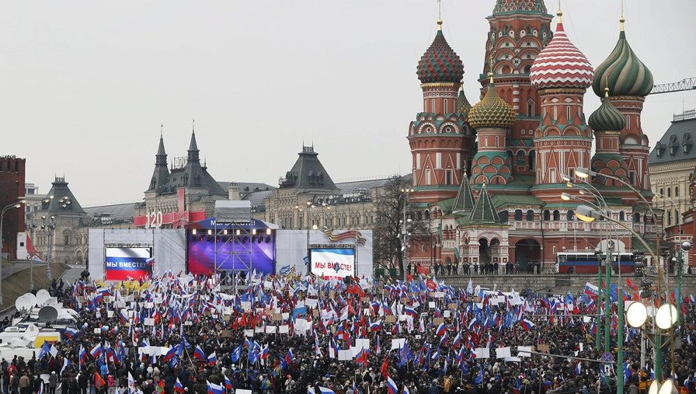 Concentración multitudinaria en Moscú a favor de una Crimea rusa