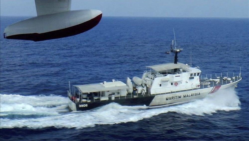 Barco de la guardia costera malasia durante las operaciones de búsqueda y rescate del vuelo de Malasia Aerolíneas desaparecido