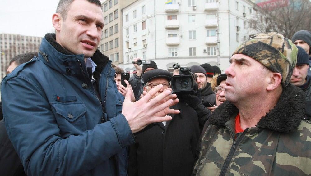 Los prorrusos tiran huevos y manzanas a Klitschkó en la ciudad ucraniana de Járkov
