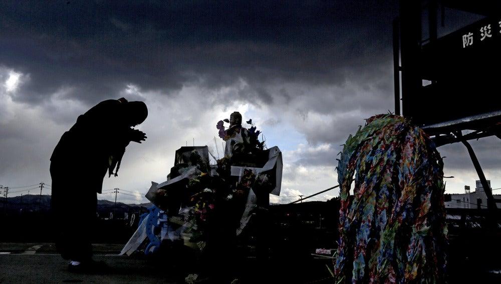 Japón llora a las víctimas del tsunami y del terremoto tres años después