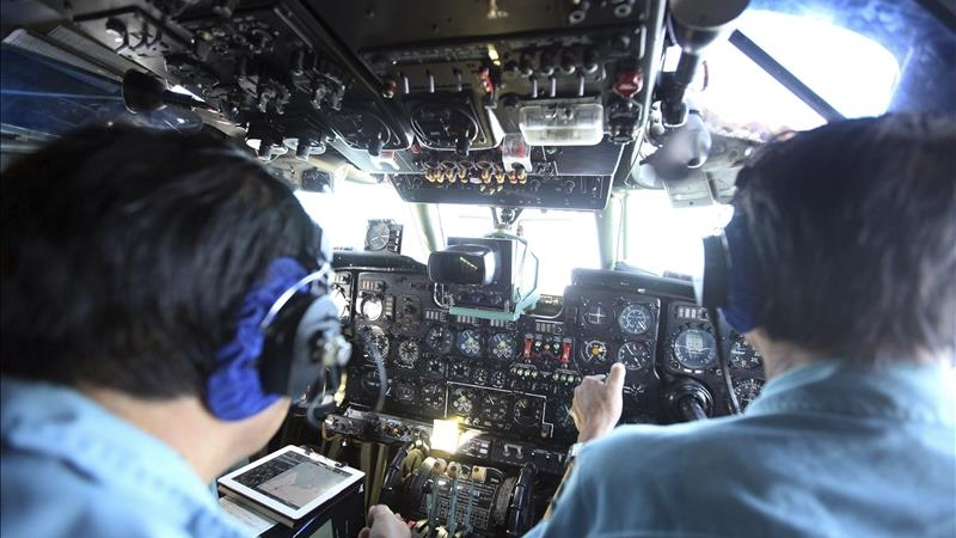 Oficiales de las fuerzas armadas de Vietnam buscan el avión malasio.