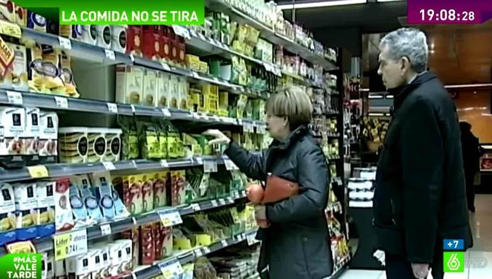 Una pareja compra en un supermercado