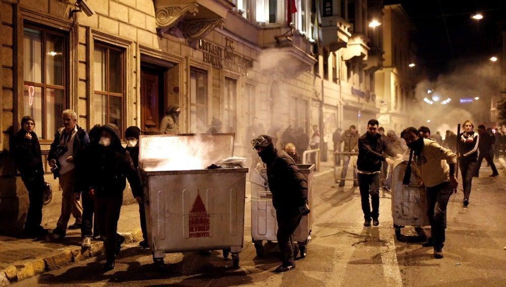 Dos muertos y decenas de heridos en una noche de protestas en Turquía