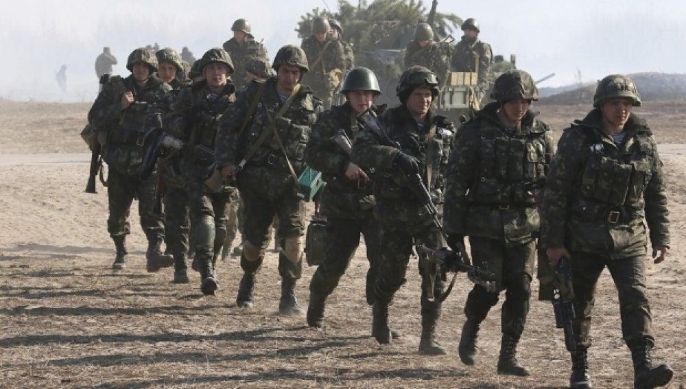 Soldados ucranianos participan en unas maniobras militares en Goncharivka en Kiev