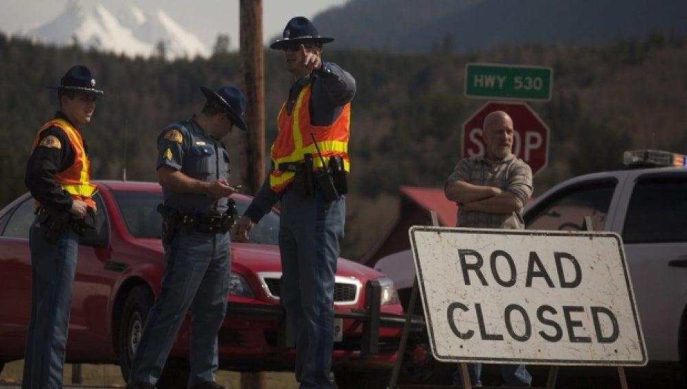 La Policía detiene el tráfico en la autopista que lleva al lugar del deslizamiento de tierras