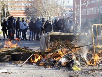 Detenido un estudiante con material inflamable en una de las barricadas de la Complutense