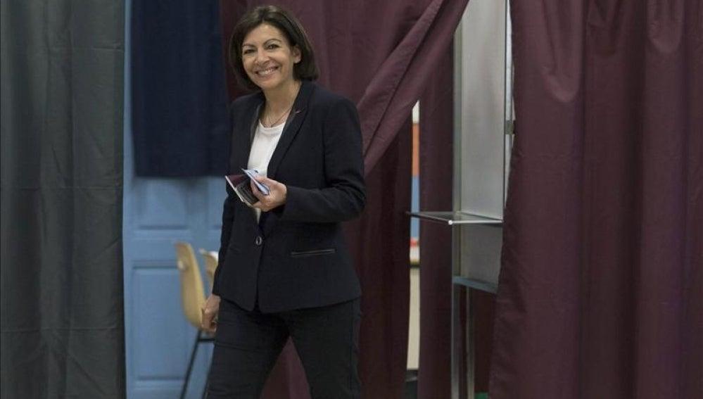 La candidata socialista a la alcaldía de París, Anne Hidalgo, deposita su voto en París.