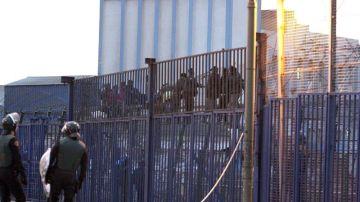 Cientos de inmigrantes de origen subsahariano intentan entrar a Melilla