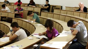 Alumnos en un aula (Archivo)