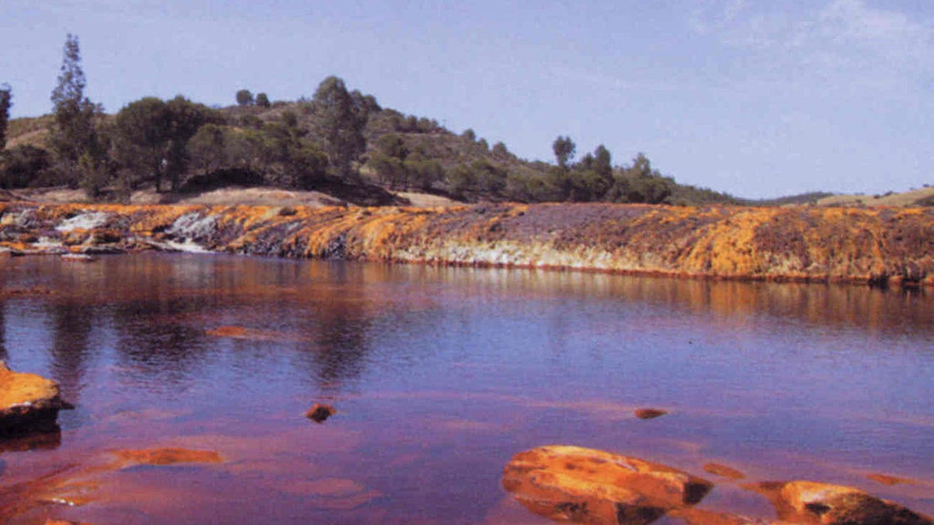 Detalle de las aguas de río Tinto en zonas próximas a su nacimiento