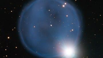 Imagen de la nebulosa planetaria Abell 33 en segundo plano, alineada con la estrellaHD 83535 en primer plano