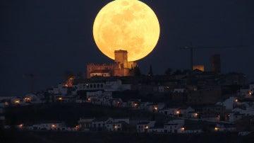Luna tras las casas de Espejo. 2011