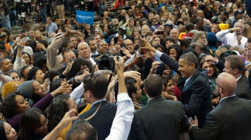Barack Obama, rodeado de gente en la campaña electoral