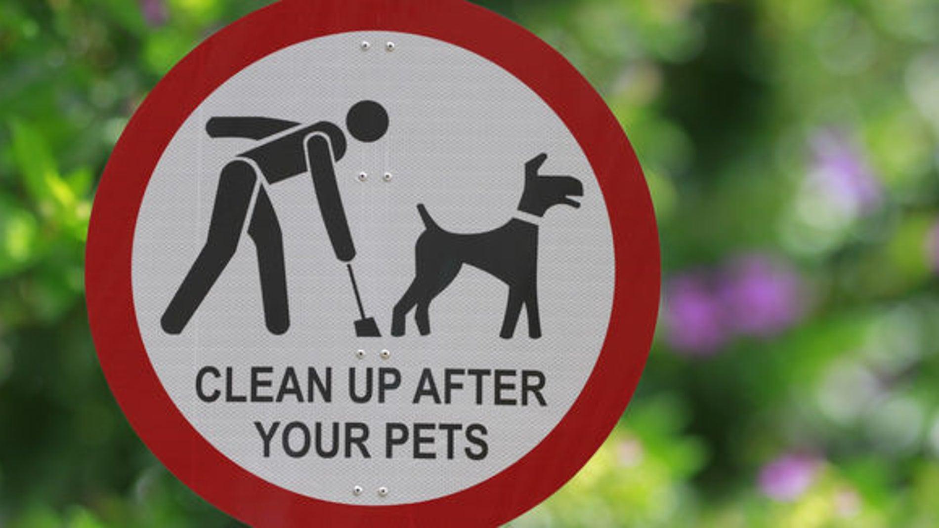 Cartel pidiendo que los dueños recojan las deposiciones de sus perros