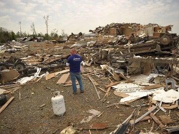 Unos hombres recuperan pertenencias en medio de los escombros en Mayflower