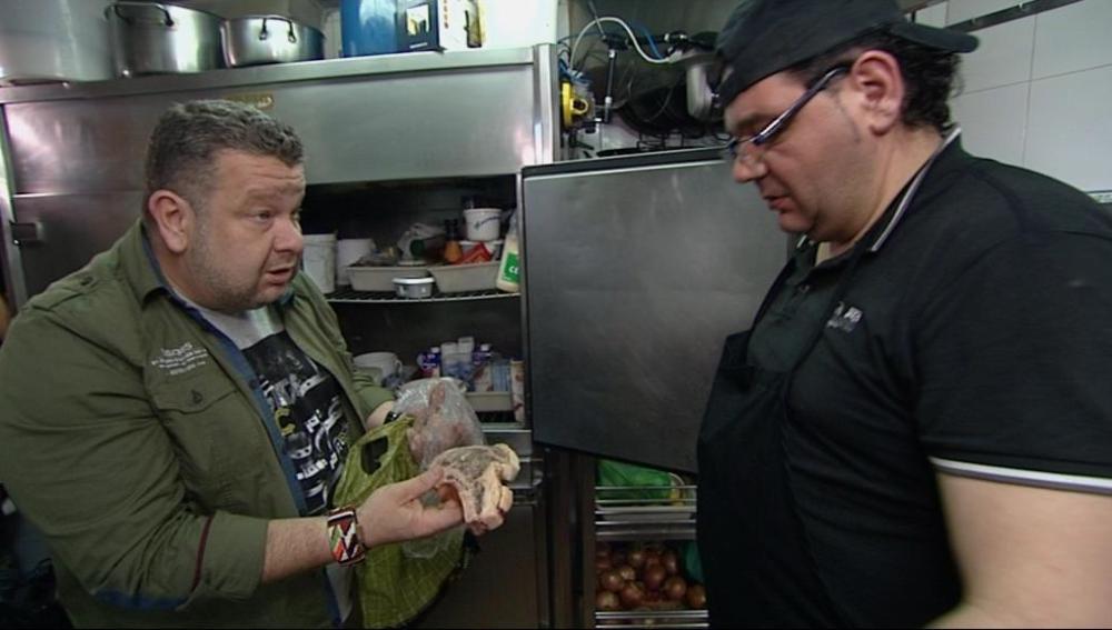 Alberto Chicote con el cocinero de 'El Puerto'