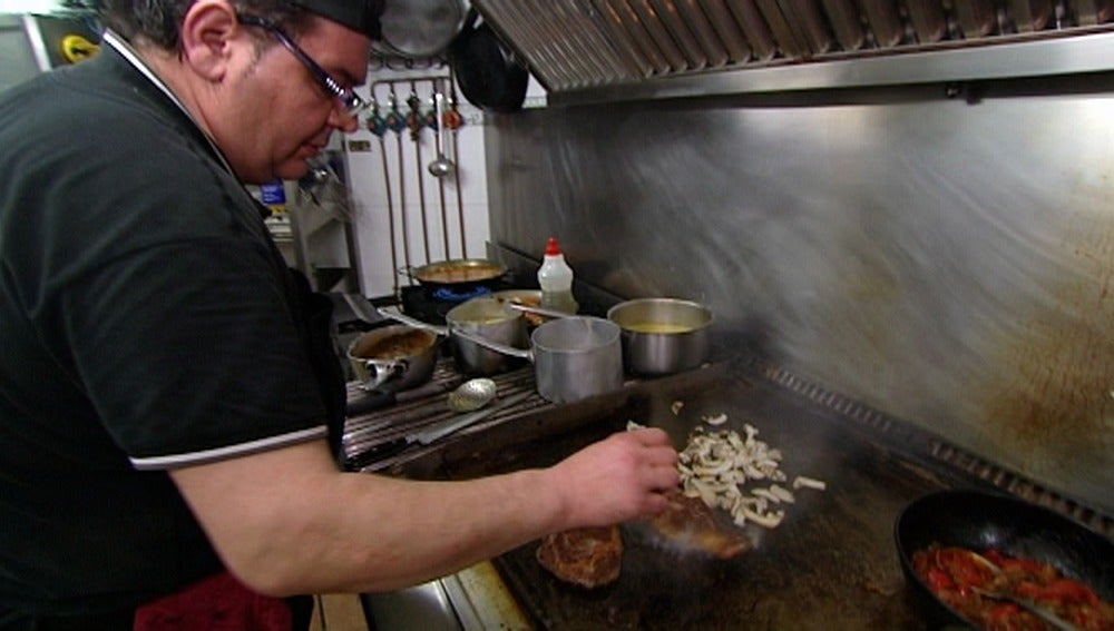Domingo se vuelve grosero en la cocina de 'El Puerto'