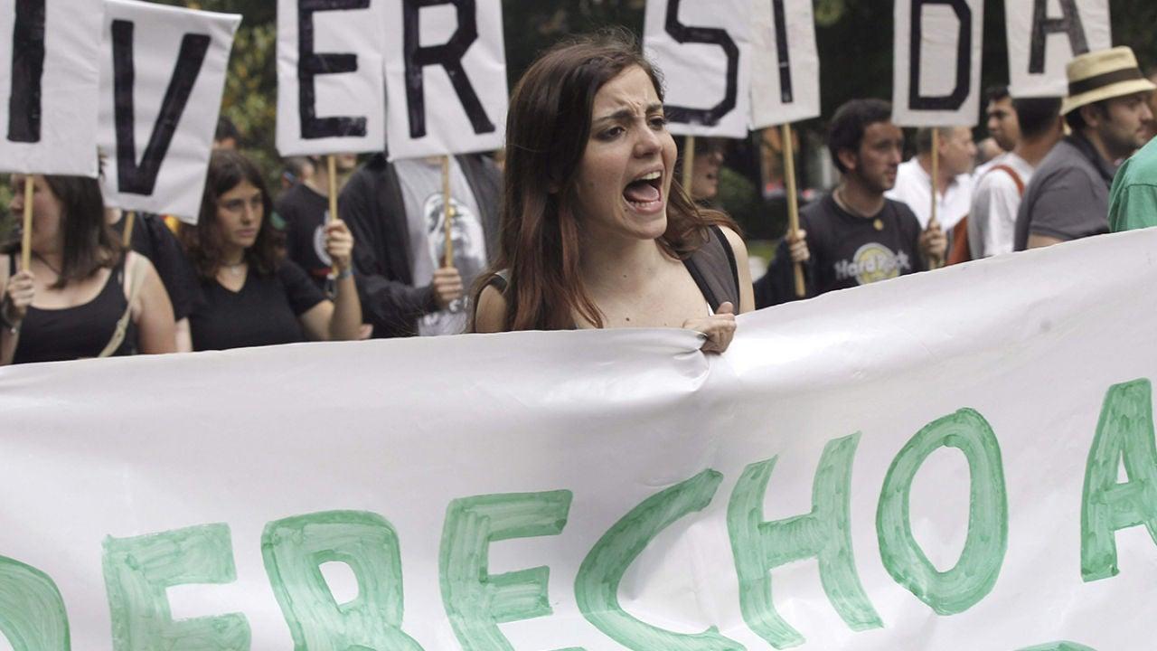Manifestantes protestan contra el sistema de becas