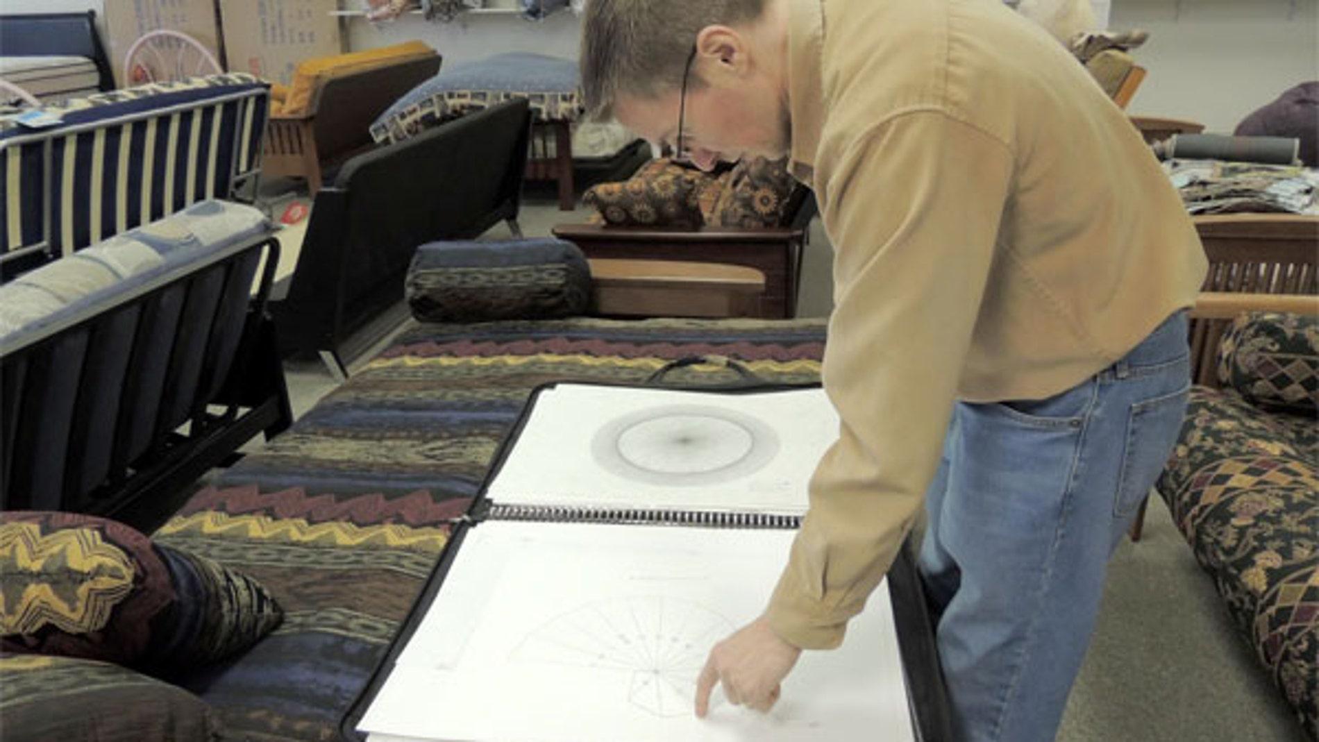 Jason Padgett y algunos de sus dibujos