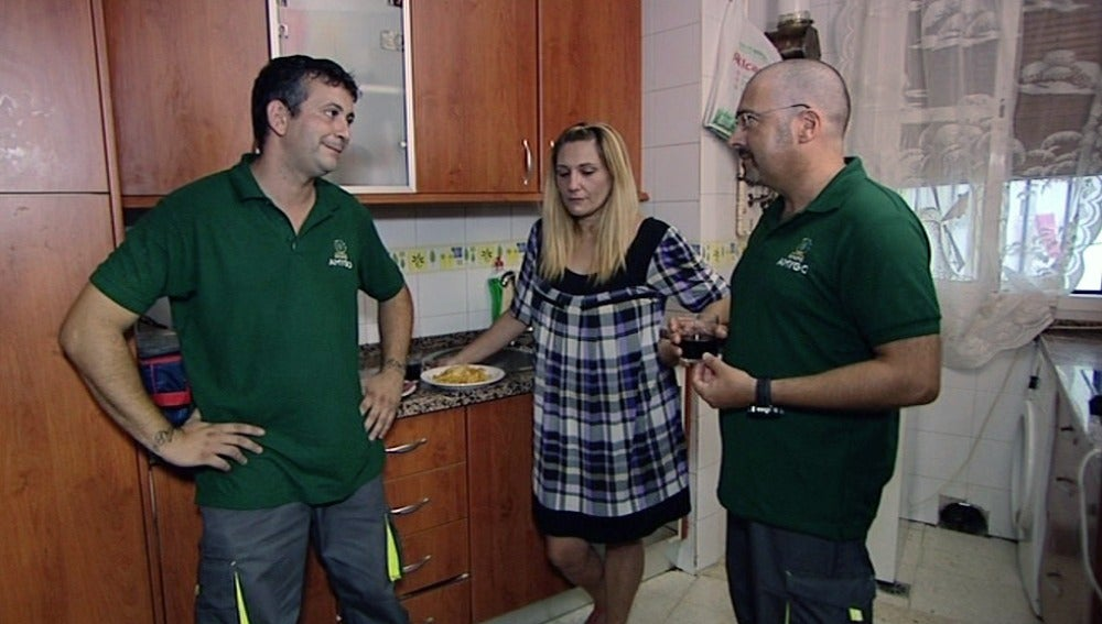 Dani, su mujer y el jefe infiltrado del Grupo Amygo