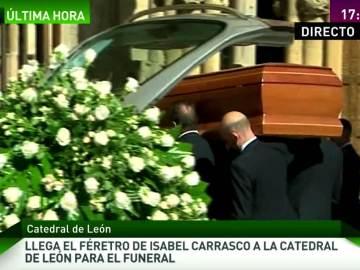 El féretro de Isabel Carrasco entra en la catedral de León