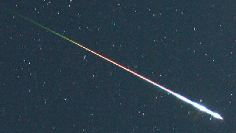 """magen de una """"bola de fuego"""" (fireball) surcando el cielo esto es, una estrella fugaz extremadamente brillante"""