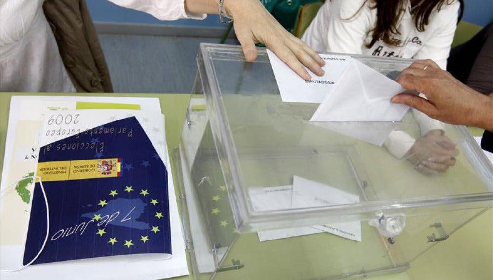 Votantes en una mesa electoral en las elecciones europeas de 2009
