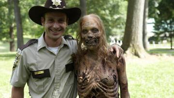 El protagonista de Walking Dead, con uno de los zombies