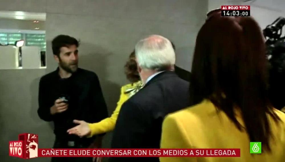 Gonzo trata de hablar con Cañete