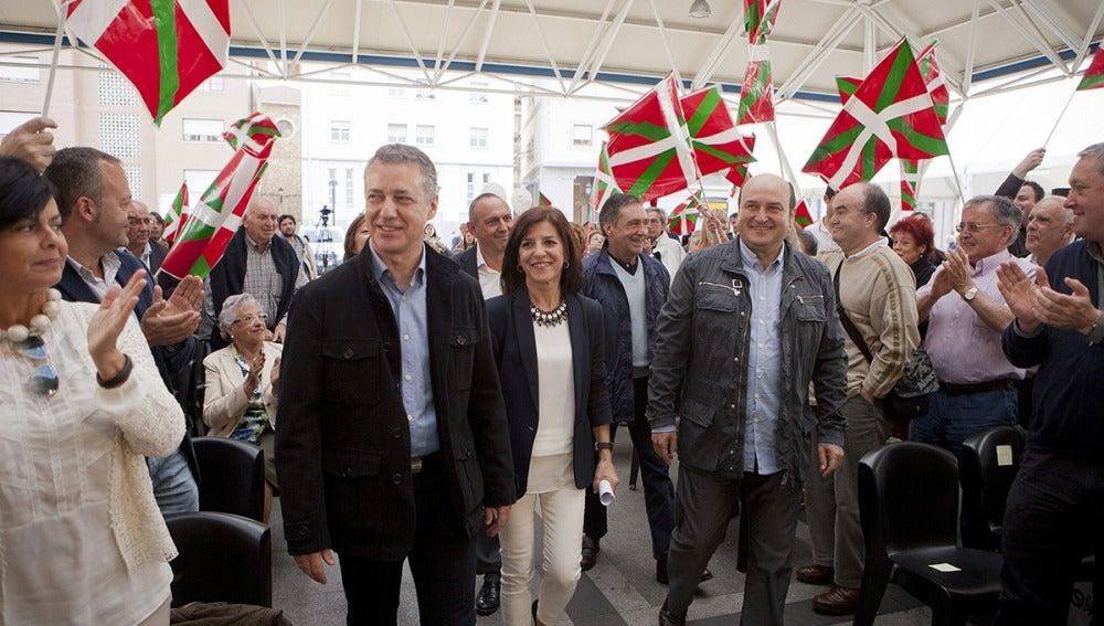 La candidata del PNV al Parlamento Europeo, Izaskun Bilbao, junto con el lehendakari, Iñigo Urkullu
