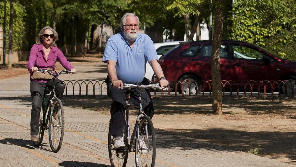 Miguel Arias Cañete, montando en bicicleta junto a su esposa
