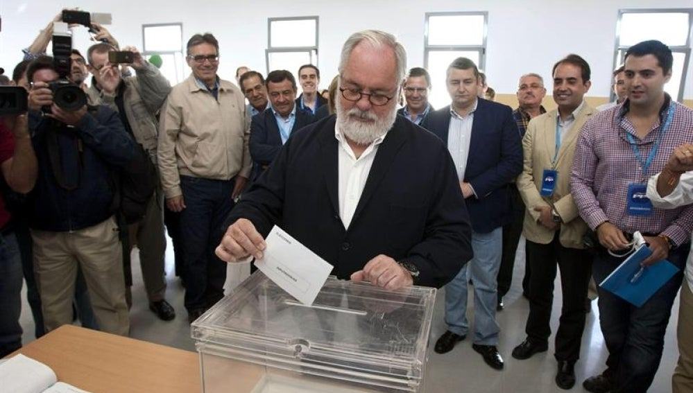 Arias Cañete emite su voto