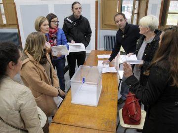 Los componentes de una mesa electoral en Santiago de Compostela.